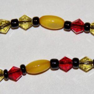 Ожерелье из бисера с желтыми и красными бусинами